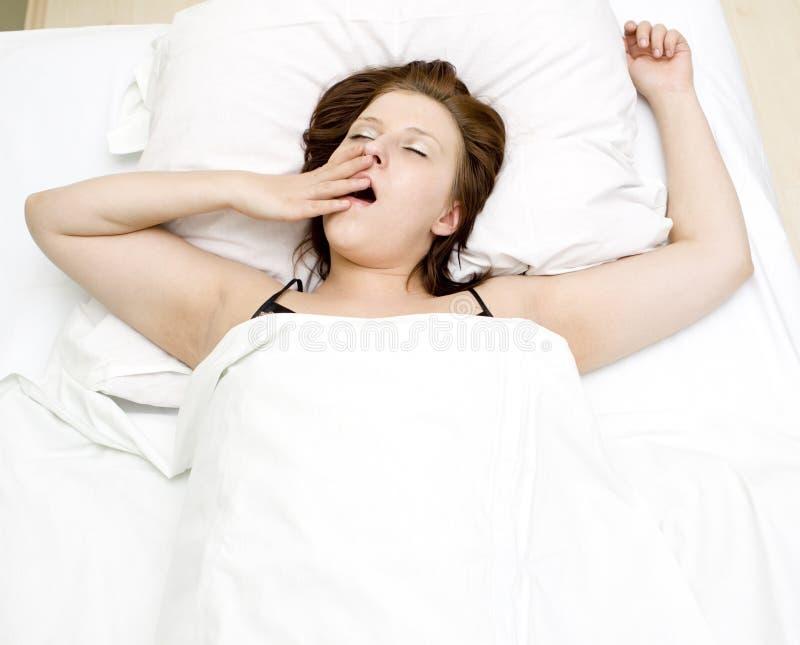 Mulher na cama foto de stock