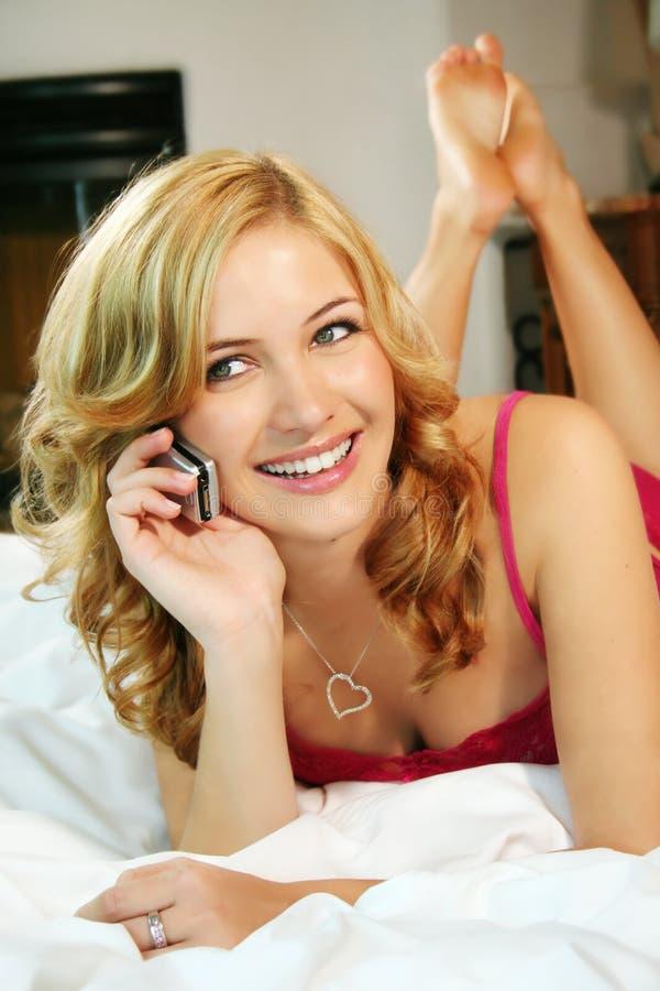 Mulher na cama em casa imagens de stock