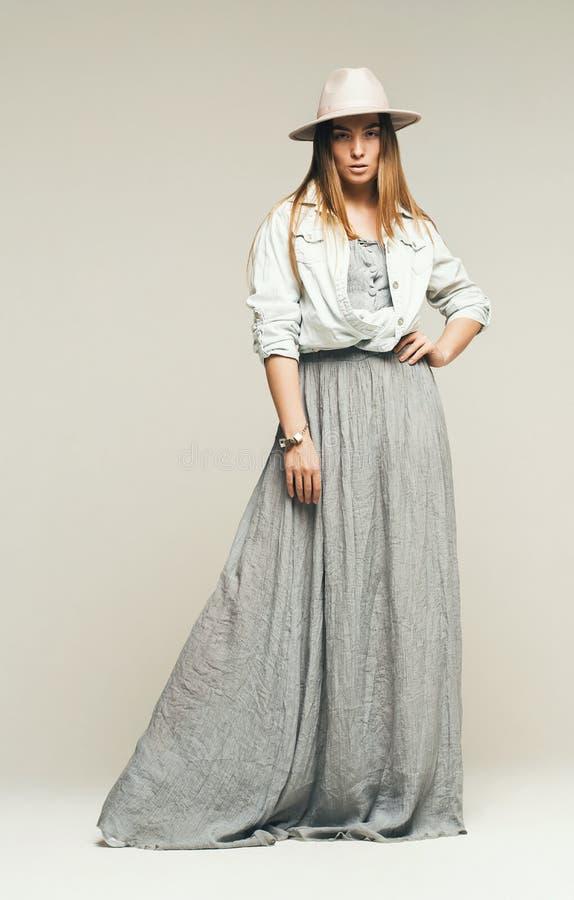 Mulher na camisa cinzenta longa do vestido e da sarja de Nimes fotos de stock