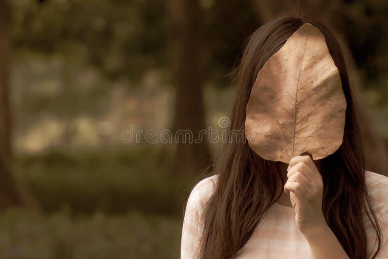 Mulher na cara do couro cru do parque do outono com natureza enorme nota retro envelhecida da licença do fundo do retrato do outo fotos de stock