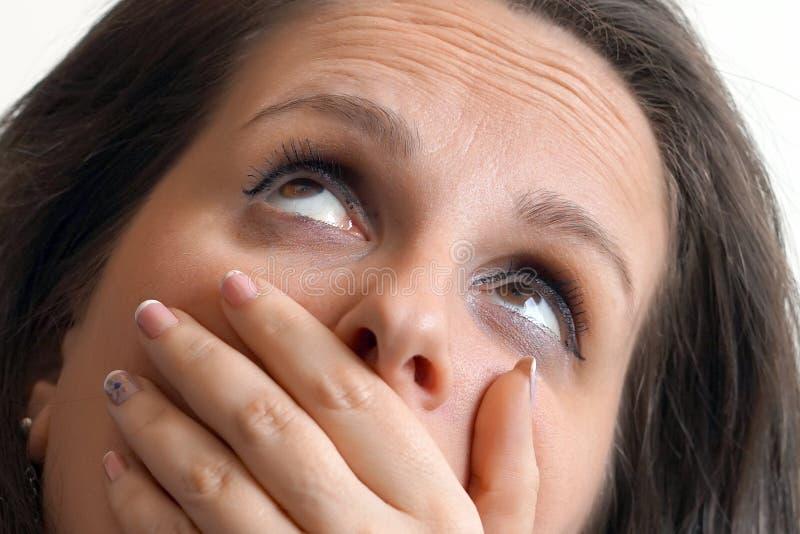 Mulher na cara do griefclose-up de uma menina entusiasmado no perfil isolate foto de stock