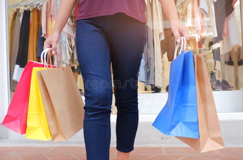 Mulher na compra Mulher feliz com sacos de compras que aprecia na compra imagens de stock