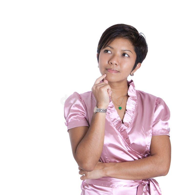Mulher na cor-de-rosa no pose de pensamento imagens de stock royalty free