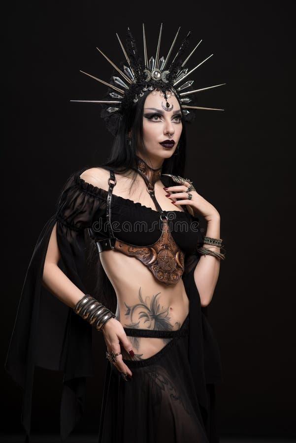 Mulher na coroa gótico do terno e da prata imagens de stock