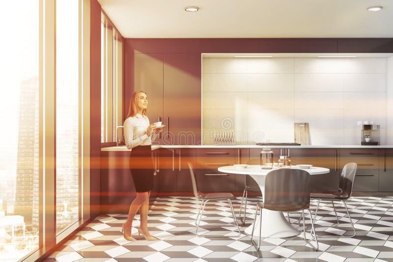 Mulher na cozinha cinzenta e branca minimalista foto de stock royalty free