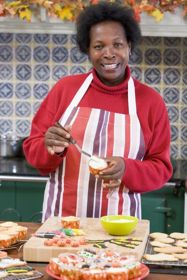 Mulher na cozinha em Halloween fotografia de stock