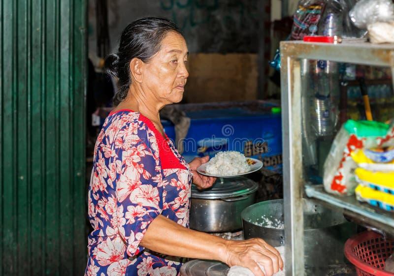 Mulher na cozinha em Kampong Cham, Camboja fotografia de stock royalty free