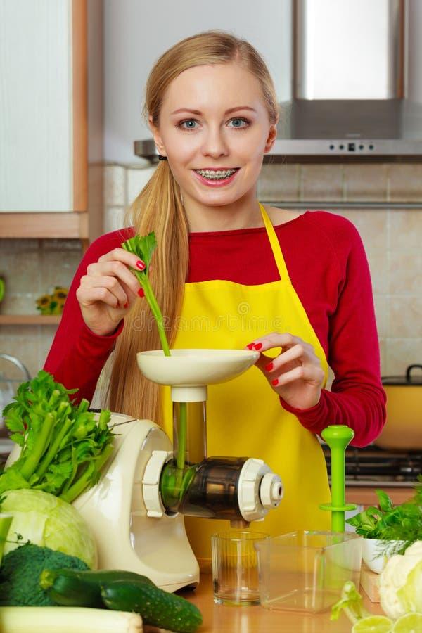 Download Mulher Na Cozinha Que Faz O Suco Vegetal Do Batido Foto de Stock - Imagem de vegan, chlorophyll: 107526252