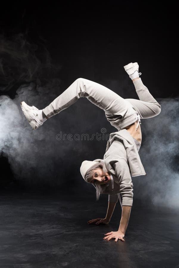 Mulher na dança de ruptura da roupa dos esportes imagem de stock