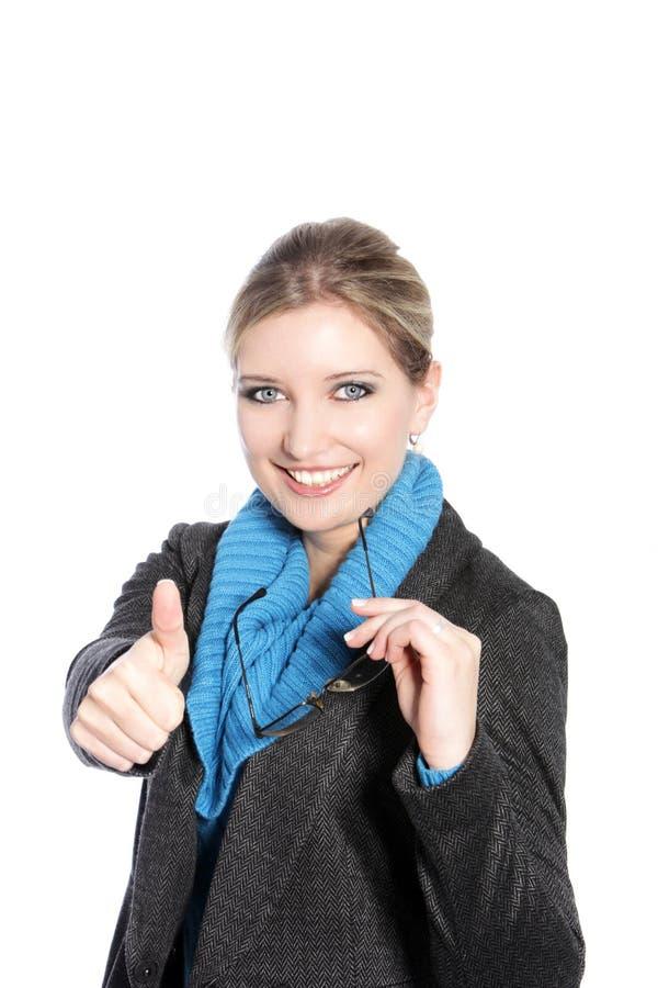 Mulher na doação do vestuário do inverno polegares acima imagens de stock