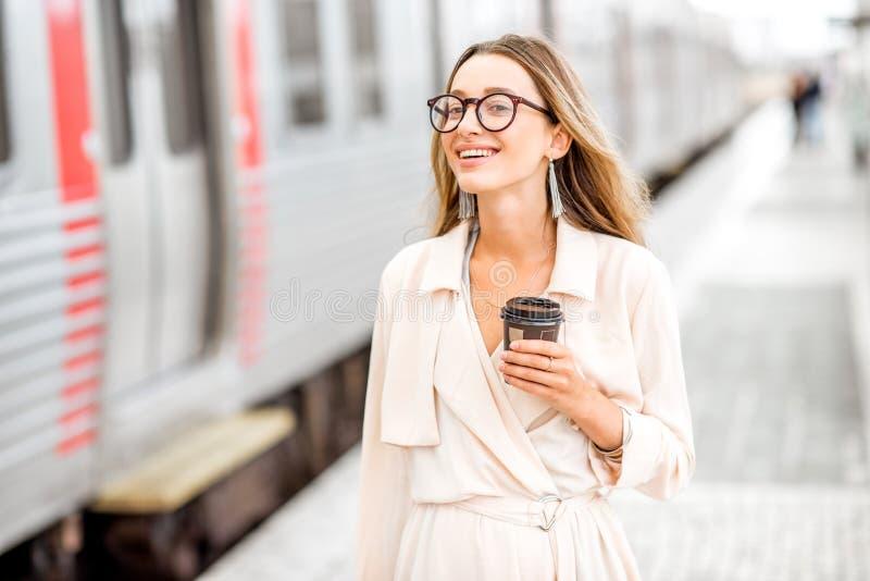 Mulher na estação de trem fotos de stock