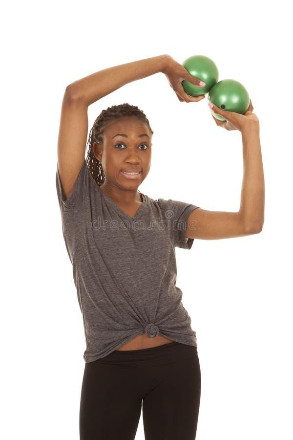 Mulher na expressão engraçada das bolas cinzentas do verde da aptidão da camisa imagens de stock royalty free