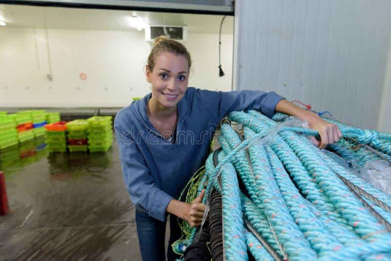 Mulher na fábrica da corda fotos de stock