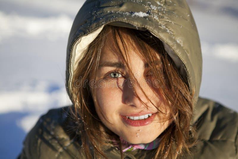 Mulher na floresta do inverno imagens de stock