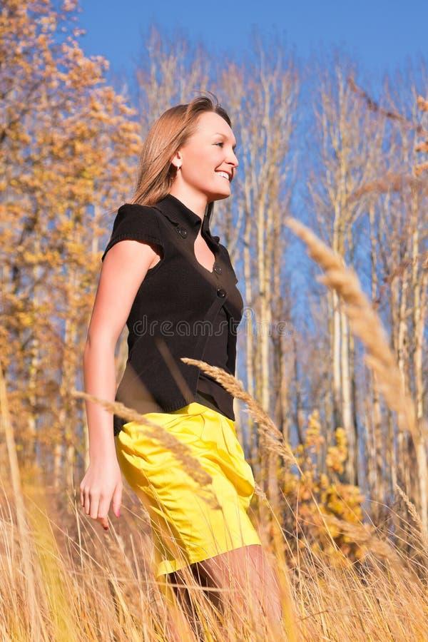 Mulher na floresta do outono fotos de stock