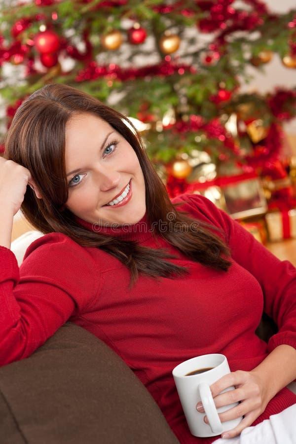 Mulher na frente da árvore de Natal foto de stock