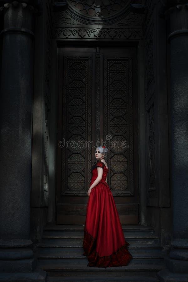 Mulher na frente de uma porta do conto de fadas fotografia de stock
