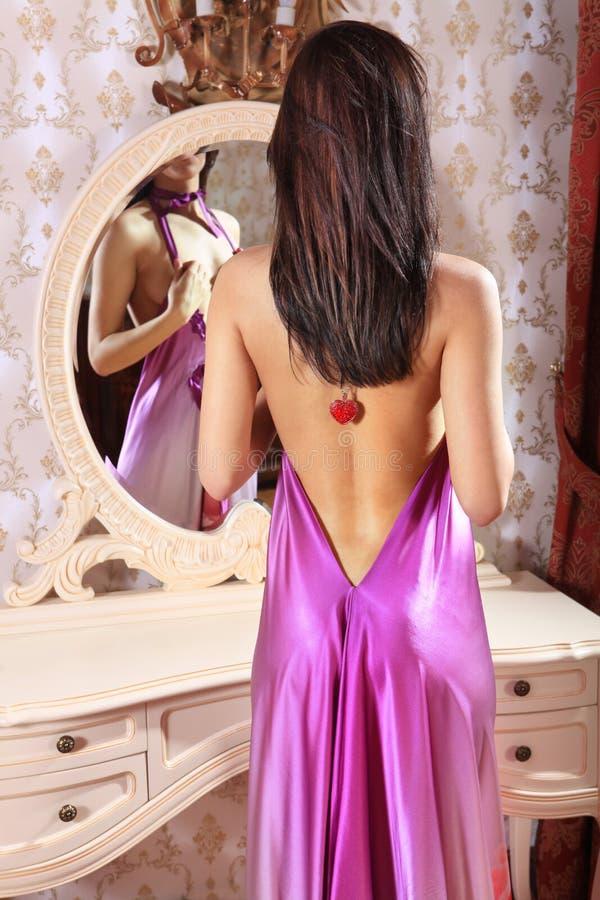 Mulher na frente do espelho imagem de stock