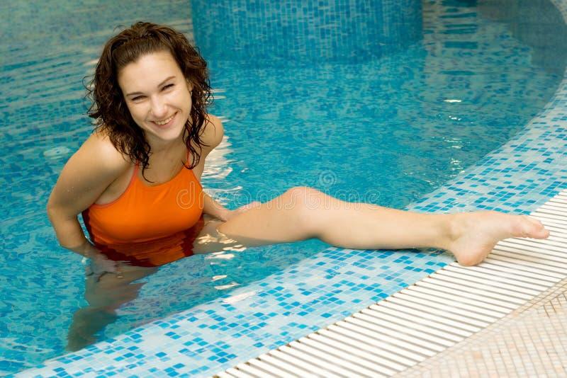 Mulher na ginástica do aqua imagem de stock royalty free
