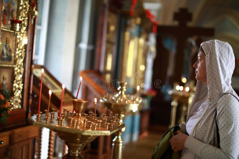 Mulher na igreja ortodoxa do russo imagem de stock
