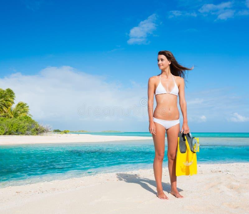 Mulher na ilha tropical com engrenagem do tubo de respiração foto de stock