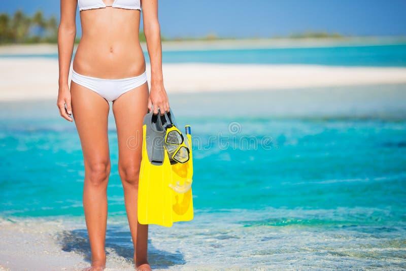 Mulher na ilha tropical com engrenagem do tubo de respiração imagens de stock