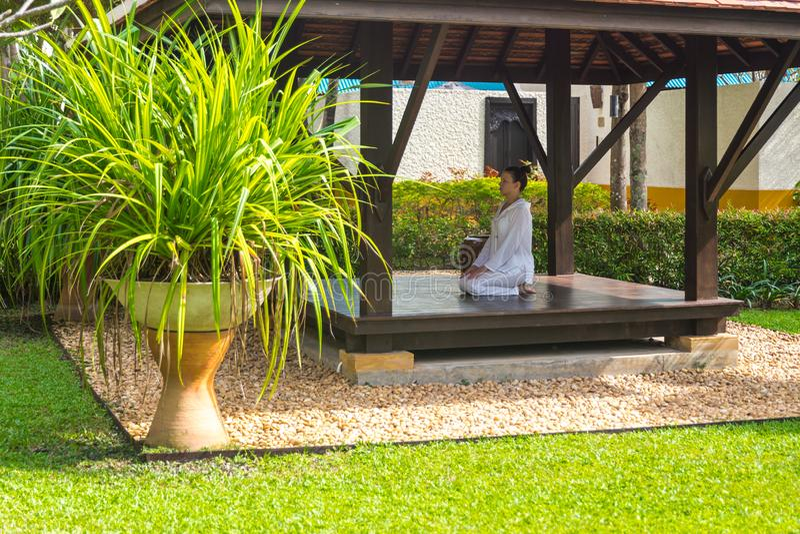 Mulher na ioga praticando do miradouro em Tailândia em Ásia fotografia de stock