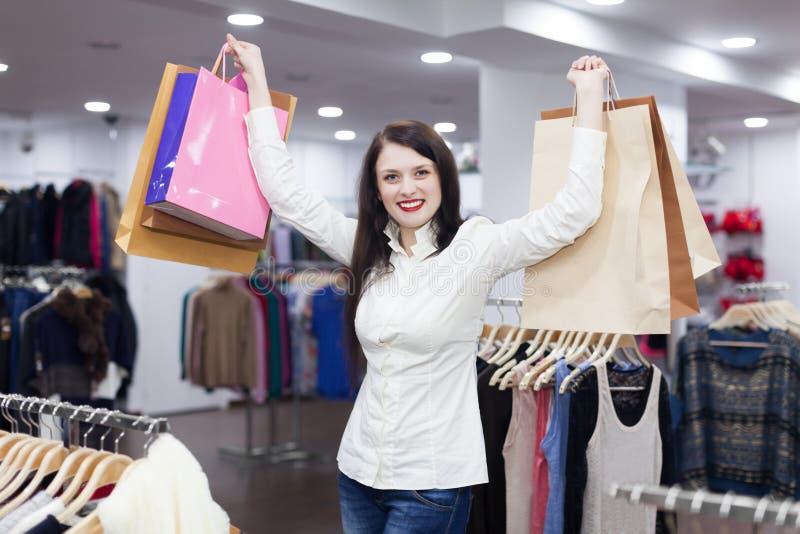 Mulher na loja da roupa imagens de stock