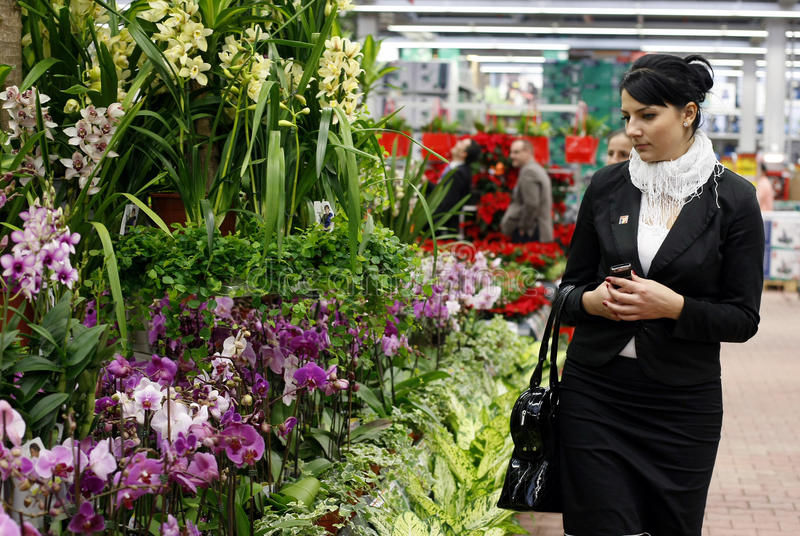 Mulher na loja de flor imagem de stock royalty free