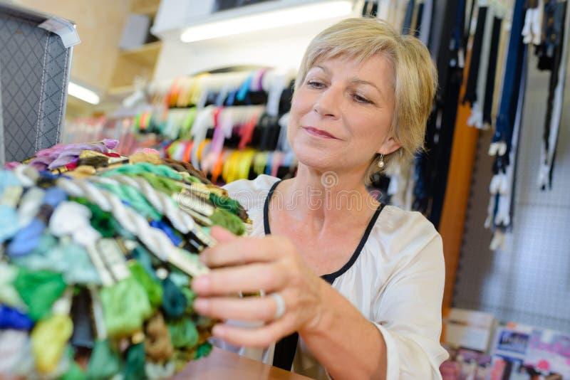 Mulher na loja de miudezas imagens de stock royalty free