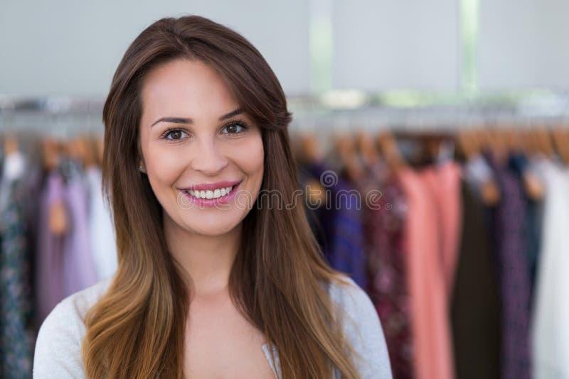 Mulher na loja de roupa imagens de stock