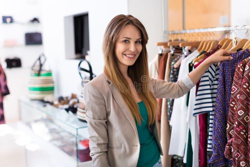 Mulher na loja de roupa imagem de stock