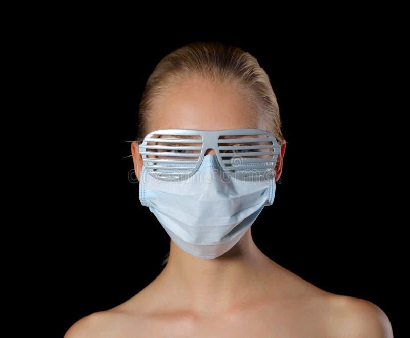 Mulher na máscara e nos vidros imagem de stock royalty free