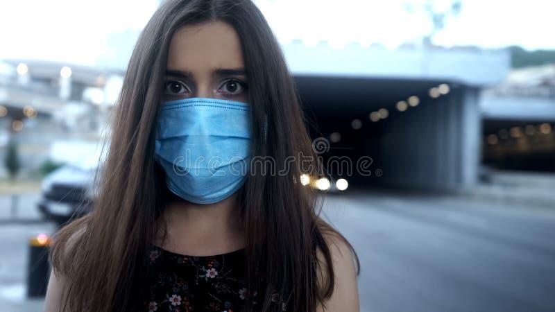 Mulher na máscara protetora na cidade com ar poluído, epidemia, doença transportada por via aérea fotos de stock
