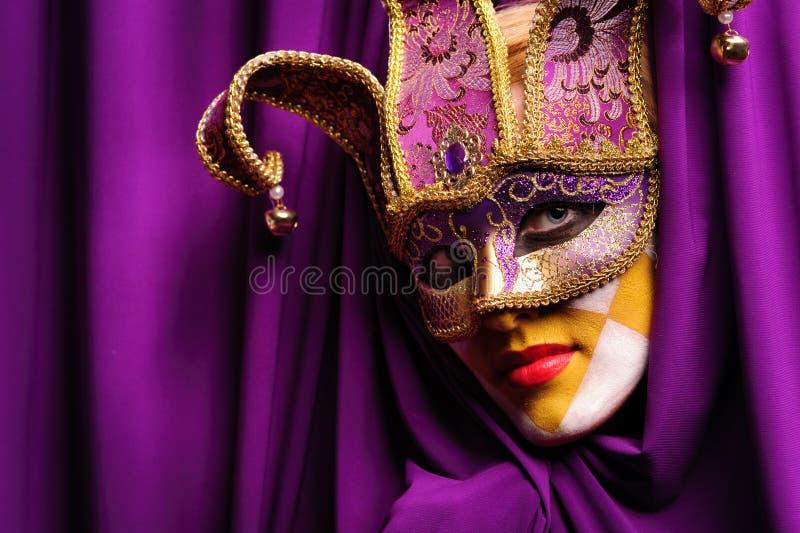 Mulher na máscara violeta foto de stock
