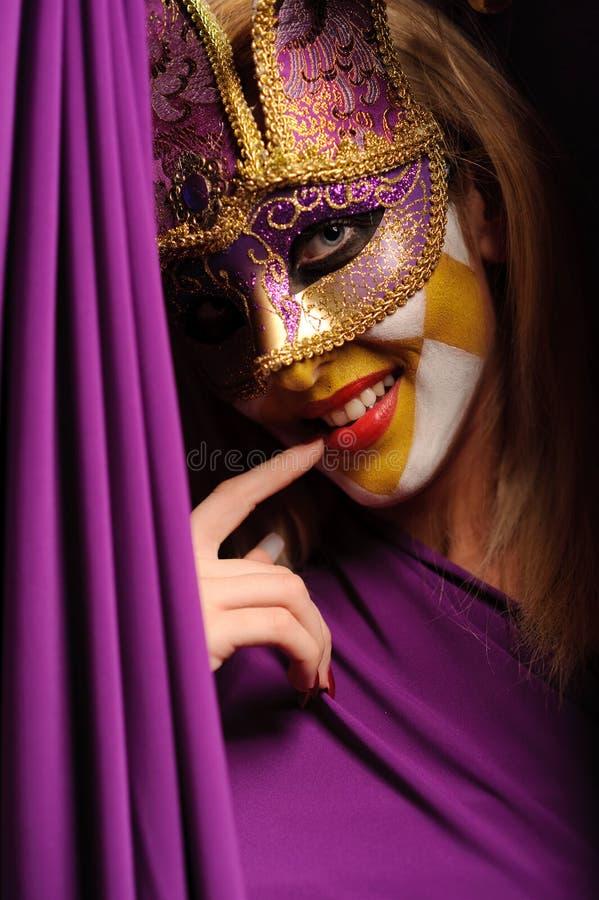 Mulher na máscara violeta do carnaval fotos de stock