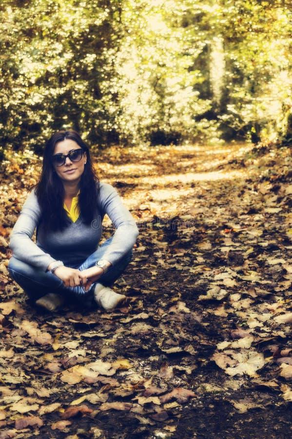 A mulher na madeira imagens de stock