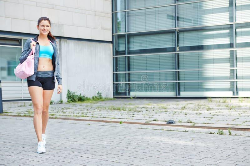 Mulher na maneira ao fitness center foto de stock royalty free
