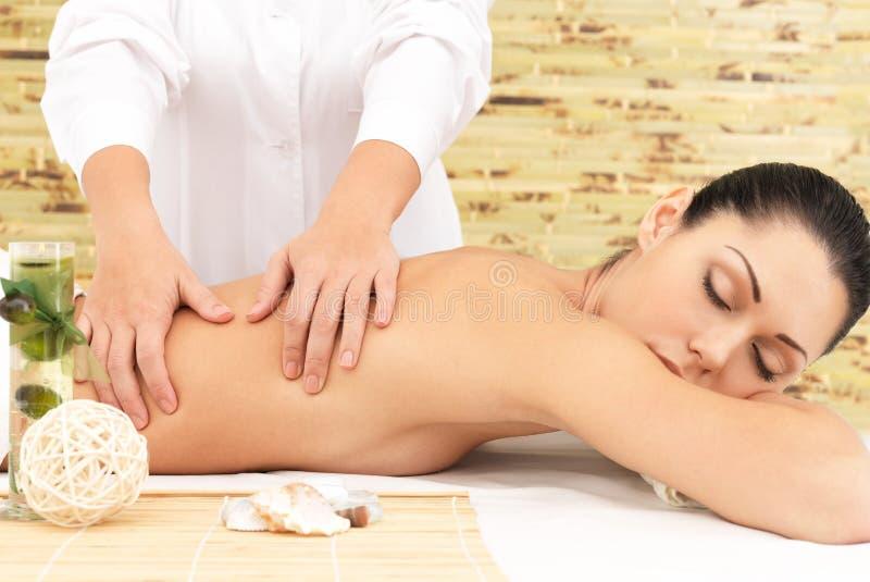 Mulher na massagem da terapia da parte traseira no salão de beleza dos termas imagens de stock royalty free