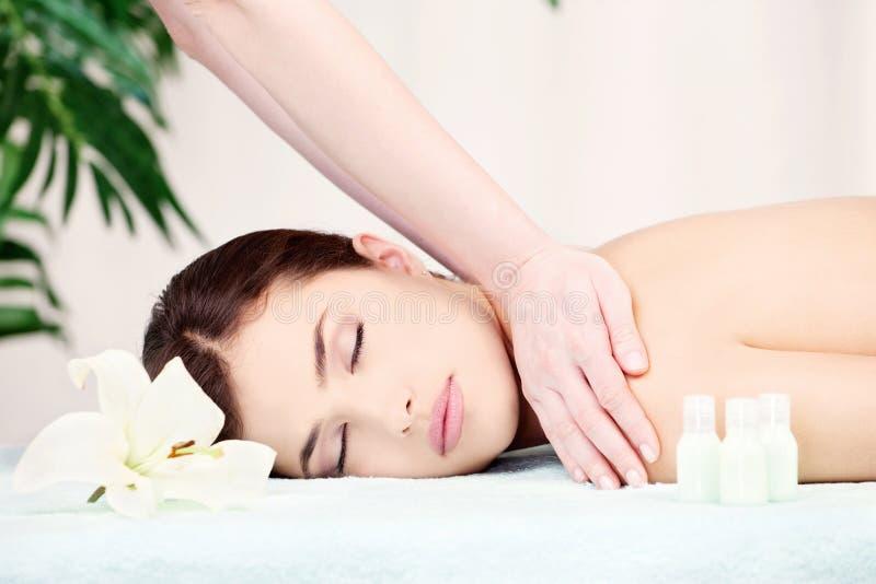 Mulher na massagem do ombro imagem de stock