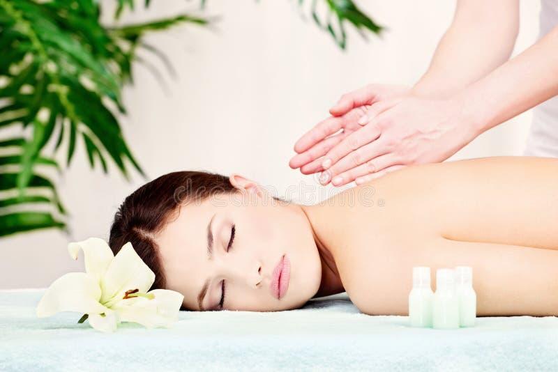 Mulher na massagem do ombro fotos de stock royalty free