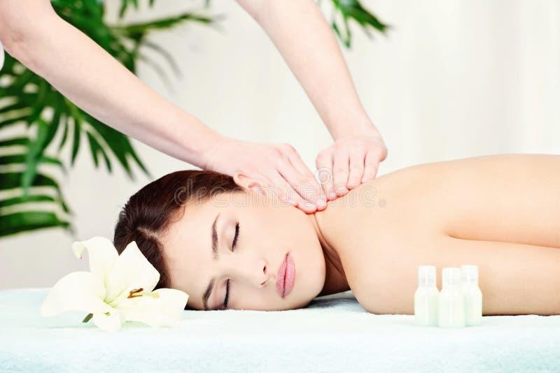Mulher na massagem do pescoço imagem de stock