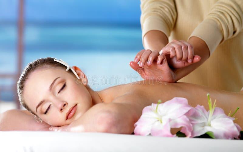 Mulher na massagem dos termas para a parte traseira fotos de stock royalty free