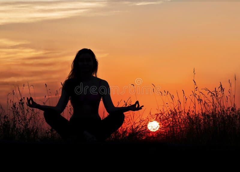 Mulher na meditação na rua, entre o zakata yoga imagem de stock