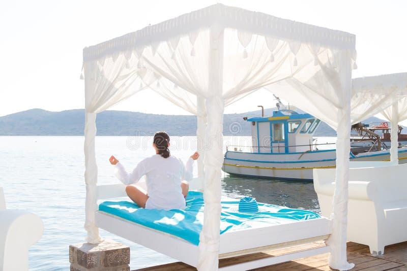 Mulher Na Meditação Pelo Mar Foto de Stock Royalty Free
