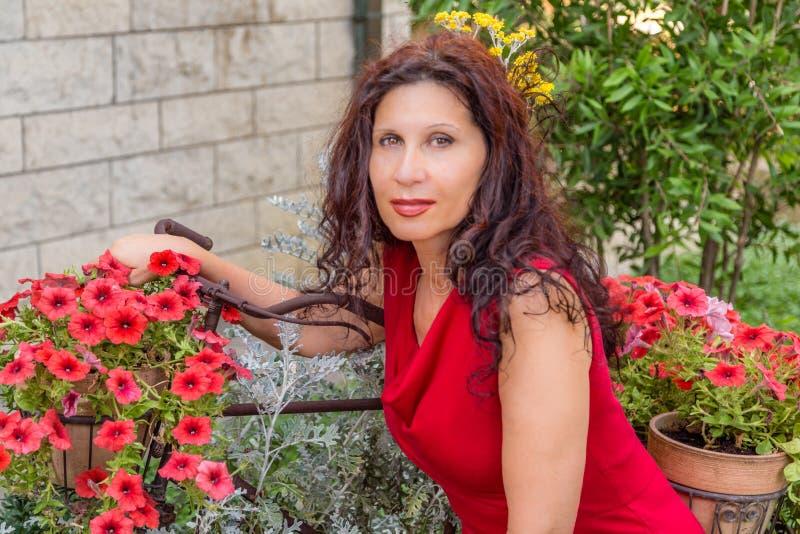 Mulher na menopausa no jardim imagens de stock