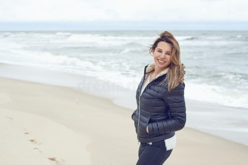 Mulher na moda atrativa que anda em um Sandy Beach abandonado fotografia de stock royalty free