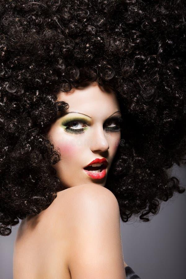 Mulher na moda com olhar fixamente criativo do penteado imagem de stock