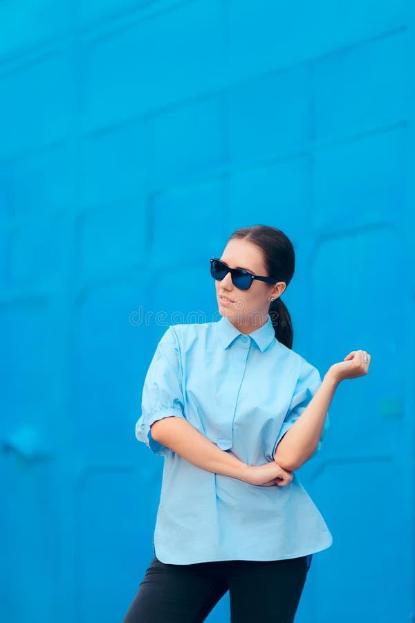 Mulher na moda da forma com os óculos de sol à moda do espelho foto de stock