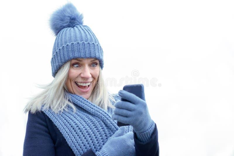 Mulher na moda de riso na forma do inverno foto de stock royalty free